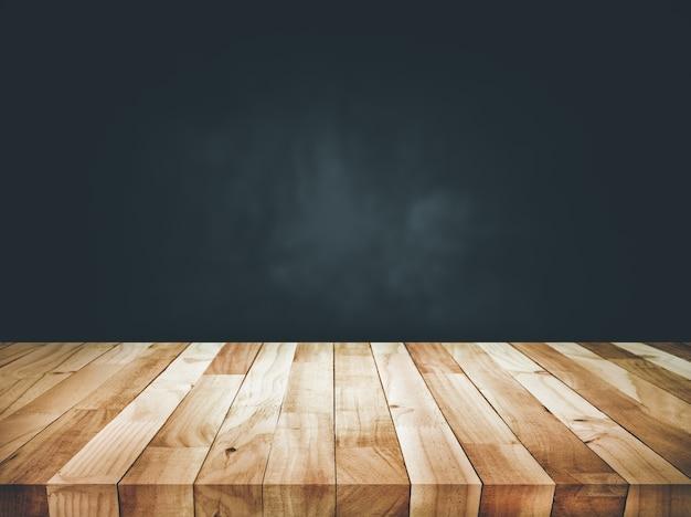 Lege houten tafelblad teller op donkere muur achtergrond