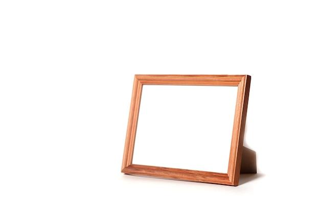 Lege houten tekstframe geïsoleerd op een witte achtergrond met bijgesneden pad. lay-out van een afbeelding of poster op de muur. strak, modern, minimale frames, showlogo of product. concept stijlvolle site. ruimte kopiëren