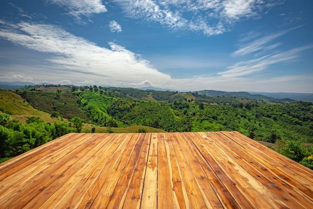 Lege houten vloer bij mooie natuurlijke schoonheid op berg bij nan