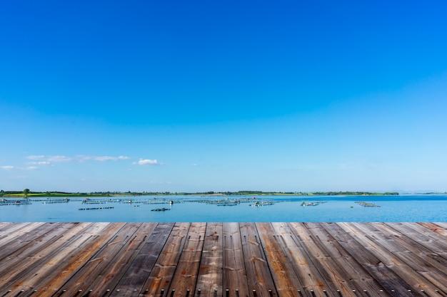Lege houten vloer met landschapsachtergrond.