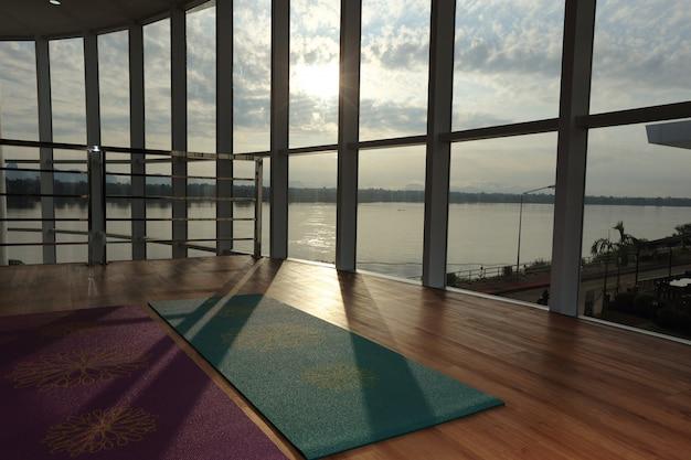 Lege houten vloerruimte in fitnesscentrum