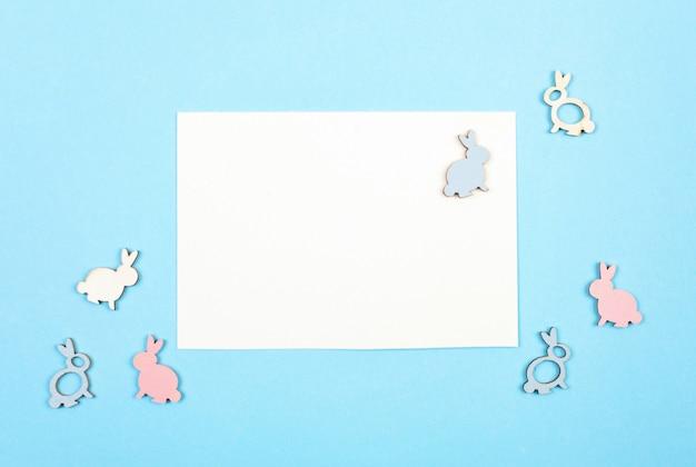 Lege kaart met de lente, pasen-decoratie over blauwe pastelkleur backgroung