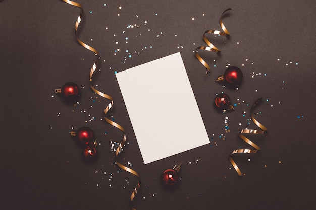 Lege kaart met gouden slingers en sparkles