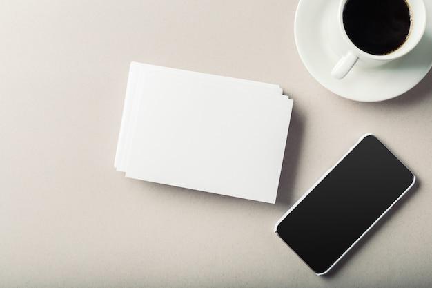Lege kaart met koffiekopje met ruimte