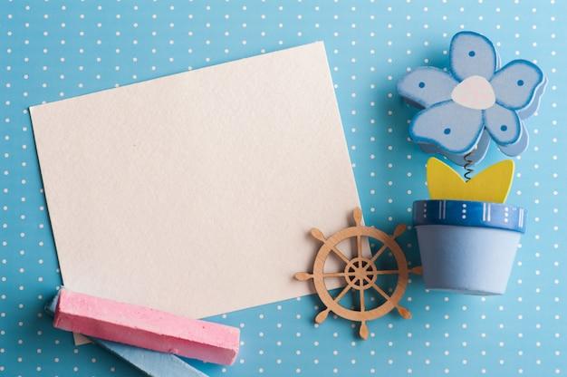 Lege kaart op blauwe achtergrond met boot