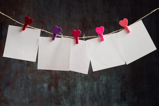 Lege kaarten hangen aan de waslijn