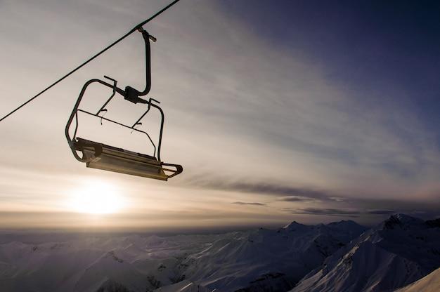 Lege kabelwagen op de hemel en de bergen