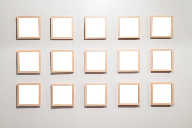 Lege kaders aan de muur in museum voor moderne kunst Premium Foto