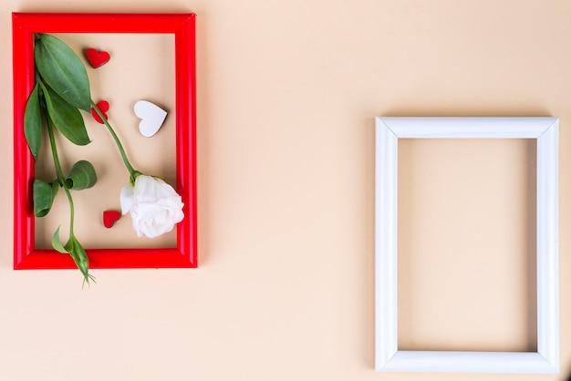 Lege kaders, harten en bloemen