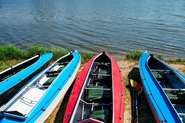 Lege kajaks aan de oever van de rivier.