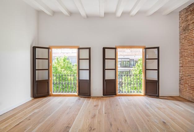 Lege kamer met houten vloer en twee balkons