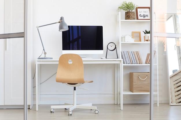 Lege kantoorwerkplek achter glazen wand in modern minimaal design