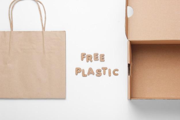 Lege kartonnen doos en papieren zak met de woorden gratis plastic
