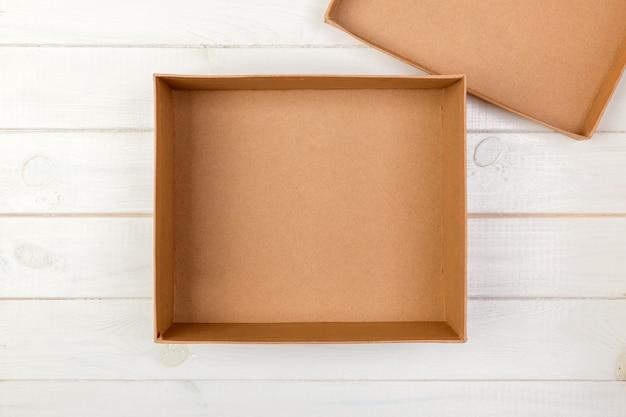 Lege kartonnen doos op houten geopend. bovenaanzicht
