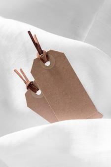 Lege kartonnen etiketten arrangement met witte doek