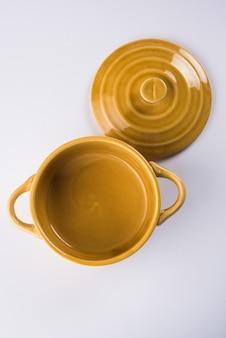 Lege keramische kom of container met deksel of barni, geïsoleerd over effen achtergrond