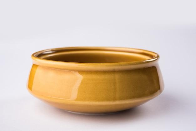 Lege keramische kom of servies geïsoleerd op een witte achtergrond