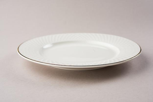 Lege keramische ovale plaat geïsoleerd op witte achtergrond Premium Foto