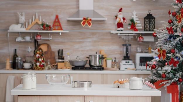 Lege kerst versierde culinaire keuken met niemand erin klaar voor traditionele feestelijke vakantie