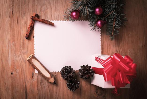 Lege kerstkaart en een doos met cadeau op kerstmis achtergrond. plaats voor tekst