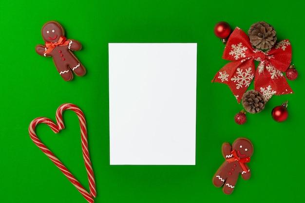 Lege kerstkaart met feestelijke versieringen