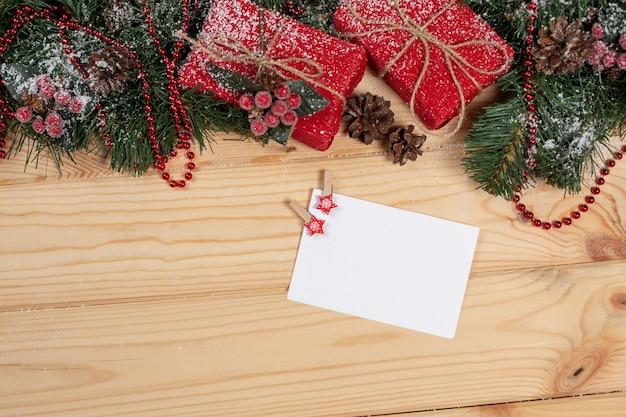 Lege kerstkaart op een houten tafel