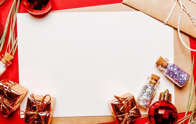 Lege kerstmissnota met gift, spartak en stuk speelgoed