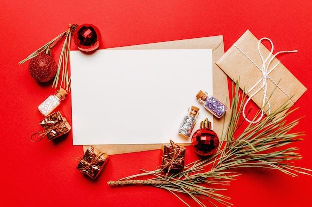 Lege kerstmissnota over rood nieuwjaarconcept