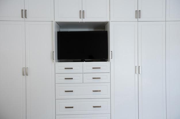 Lege kledingkast met televisie in de woonkamer