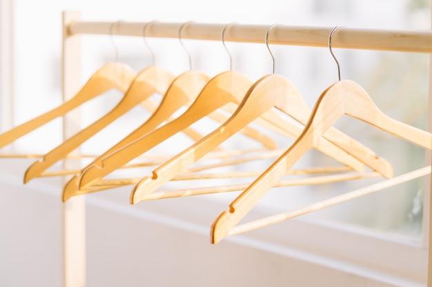 Lege kleerhanger in de winkel