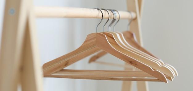 Lege kleerhangers die aan een kledingrek in de slaapkamer hangen. kopieer spase
