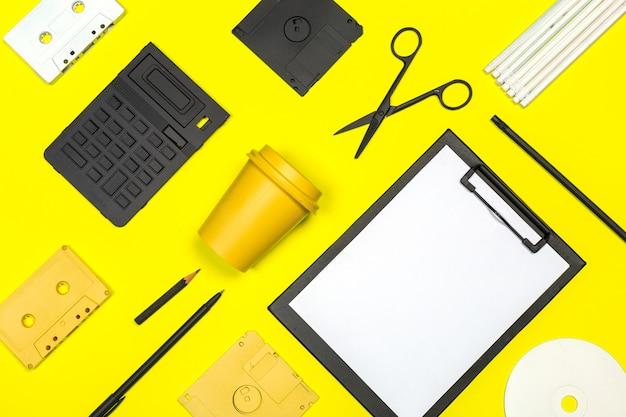 Lege klembordspot omhoog op geel