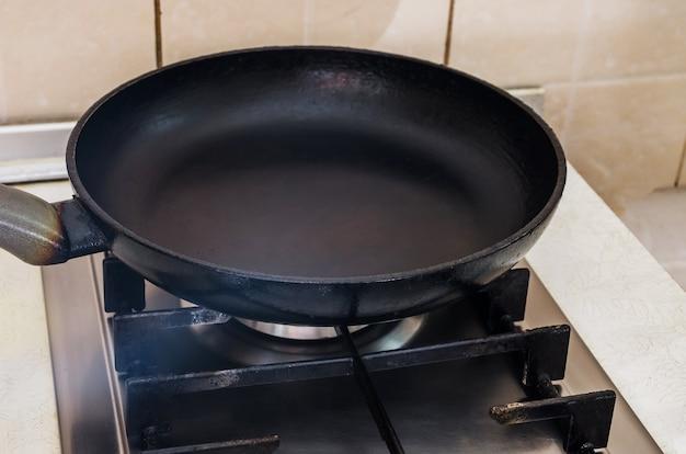Lege koekenpan op het gasfornuis