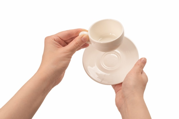 Lege koffiekopje in vrouw hand geïsoleerd op wit.
