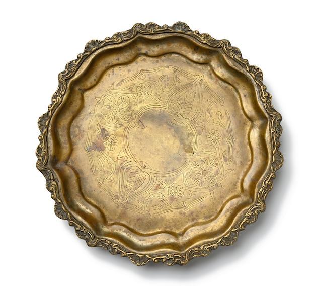 Lege koperen ronde vintage plaat geïsoleerd op een witte achtergrond, fruitschaal. uitzicht van boven