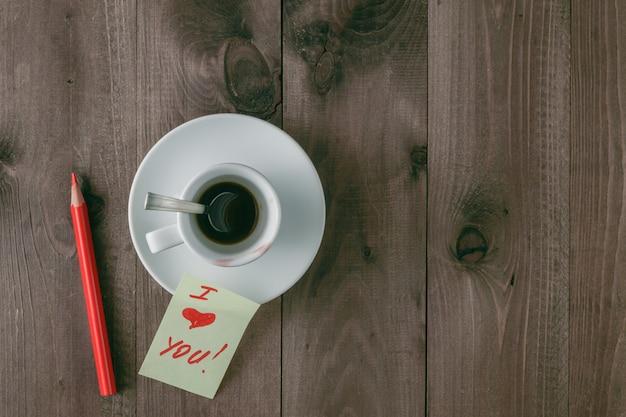 Lege kopje koffie met sporen van lippenstift op achtergrond