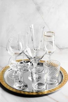 Lege kristallen glazen op een dienblad