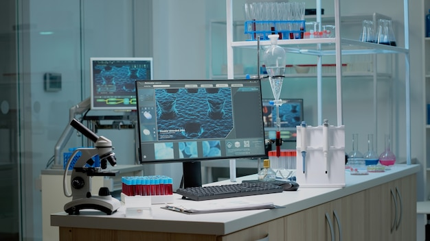 Lege laboratoriumruimte met biochemische apparatuur