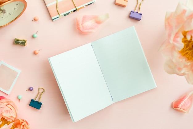 Lege laptop voor het schrijven van dromen en ideeën, met verschillende stat