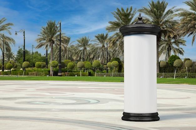Lege lege cilindrische reclamezuil billboard mockup met vrije ruimte voor uw ontwerp in lege stadsstraat met palmbomen extreme close-up. 3d-rendering