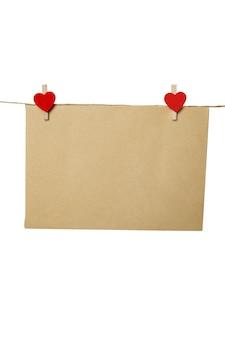 Lege lege envelop, vel papier of kaart en rode harten, valentijnsdag