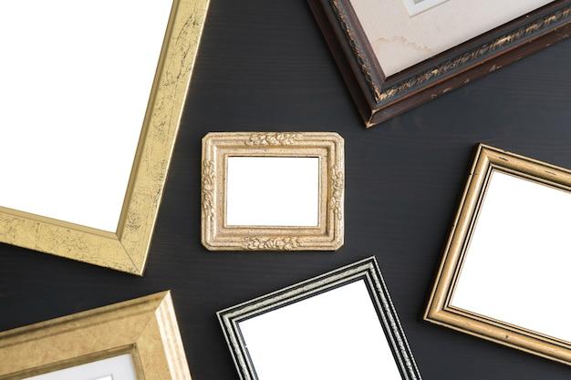 Lege lege frames op donkere houten achtergrond.