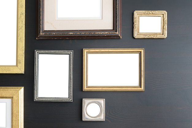 Lege lege frames op donkere houten oppervlak.
