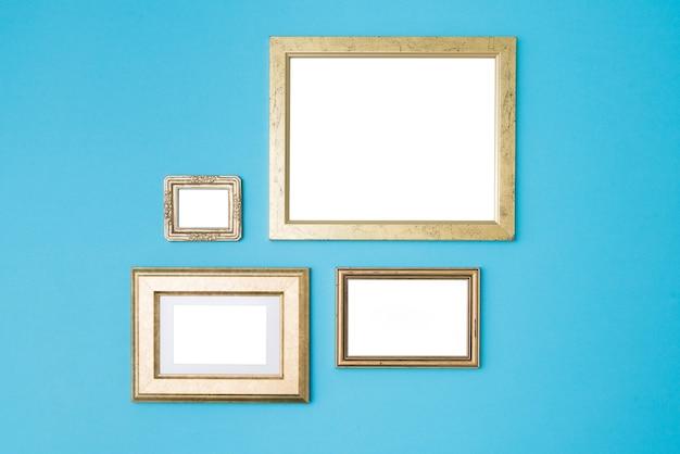Lege lege gouden frames op blauwe achtergrond.