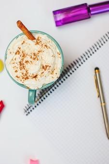 Lege lege notitieboekjepagina met pen en kruid latte. lente zomer plat lag