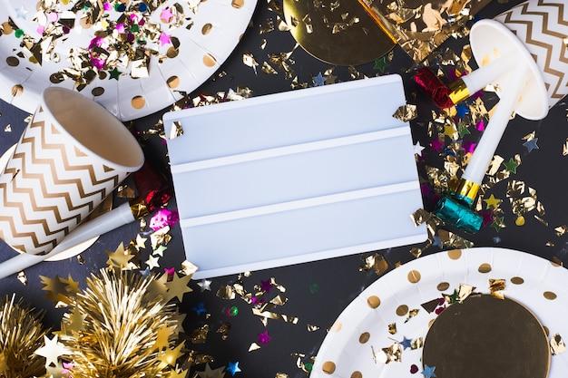 Lege lichtbak met feestbeker, feestblazer, klatergoud, confetti