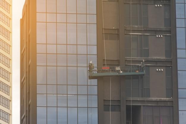 Lege liften op hoge gebouwen in de stad in ochtendzonlicht.