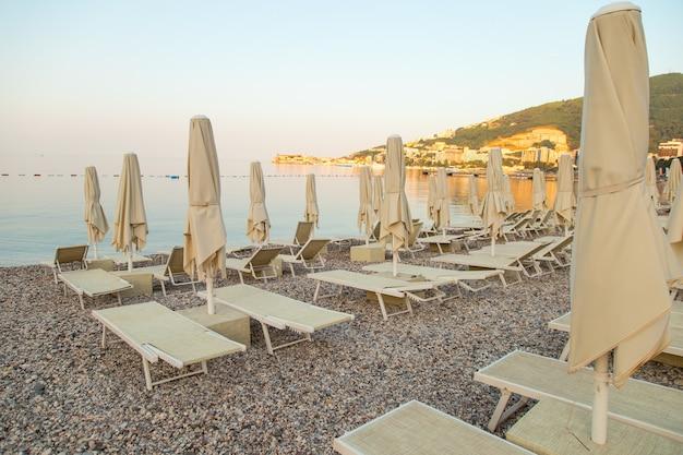 Lege ligbedden op het strand, het begin van het toeristenseizoen, wachtend op vakantiegangers tijdens quarantaine.