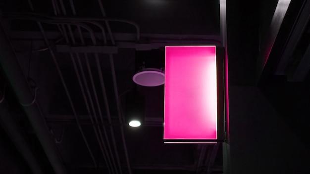 Lege lightbox-signage hangt aan muur