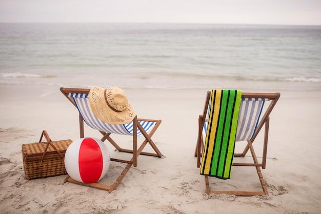Lege ligstoelen en stervissen op het strand